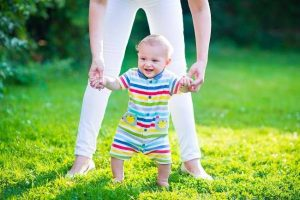 perkembangan-bayi-kapan-si-kecil-mulai-bisa-berjalan-alodokter