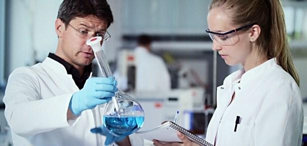 ilustrasi-bekerja-di-lab-kimia